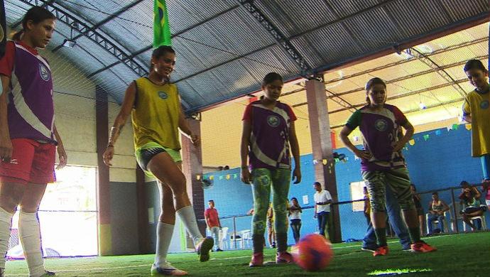 É a segunda vez que Calan visita a escolinha Zico 10, em Macapá (Foto: Reprodução/TV Amapá)