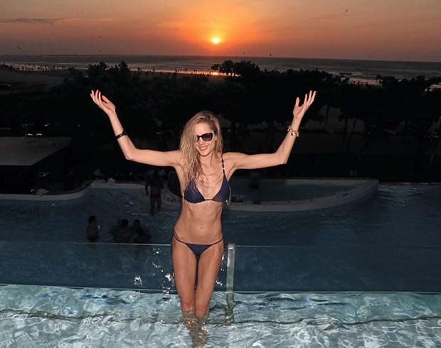 Gianne Albertoni celebra o pôr do sol  (Foto:  )
