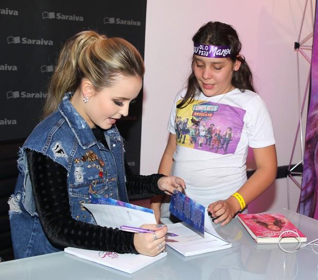 Larissa Manoela e fã (Foto: Thiago Duran/AgNews)