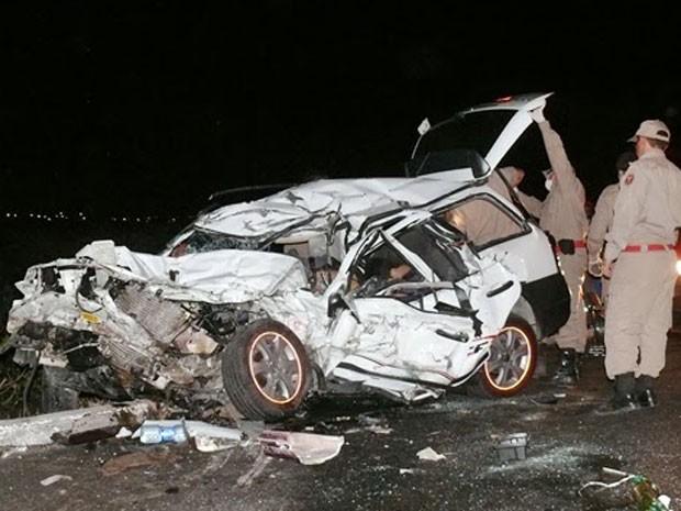 Motorista da Parati e um passageiro morreram na colisão (Foto: Francisco Coelho/Focoelho.com)