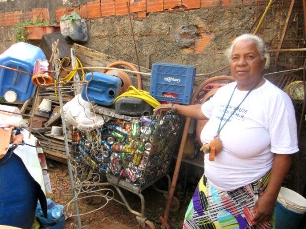 Mulher que encontrou dinheiro dentro de meia segura carrinho de latinhas  (Foto: Isabella Formiga/G1)