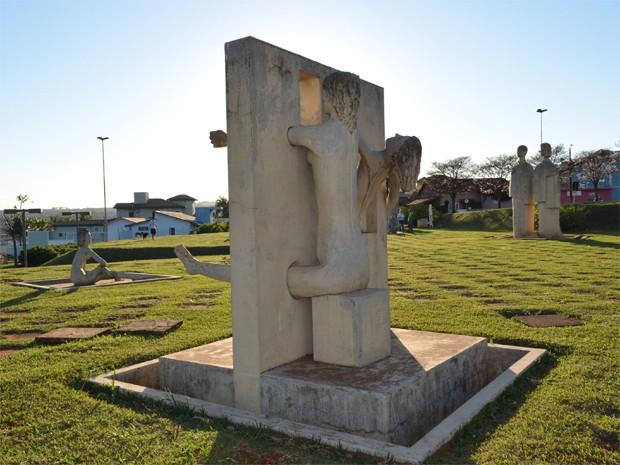 Jardim das Esculturas abriga obras de Vaccarini em homenagem às mulheres (Foto: Rodolfo Tiengo/G1)