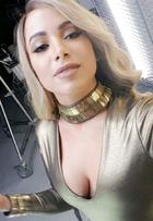 Anitta aparece loira e mostra bocão em bastidor de ensaio de fotos