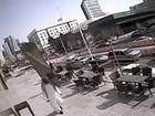 Vídeo mostra pedestre escapando de acidente incrível na Arábia Saudita