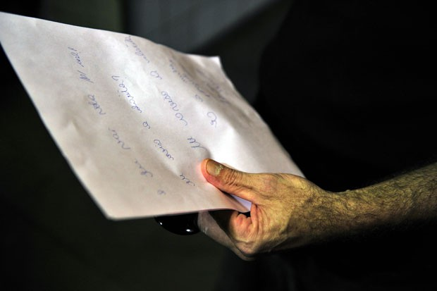 Adilton segura os bilhetes escritos pela filha na UTI do hospital em Porto Alegre (Foto: Tadeu Vilani/Agência RBS/Folhapress)