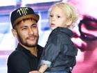 Ao lado do pai e do filho, Neymar inaugura instituto que leva seu nome
