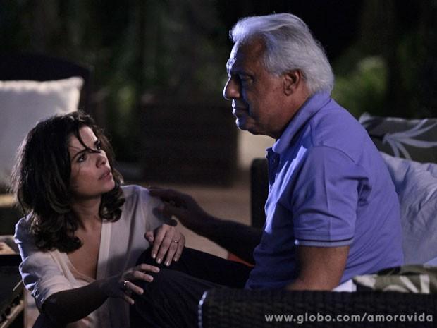 Aline enrola o marido (Foto: Pedro Curi / TV Globo)