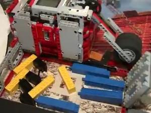 Robô 100% brasileiro foi criado por alunos do Sesi (Foto: Reprodução / TV TEM)