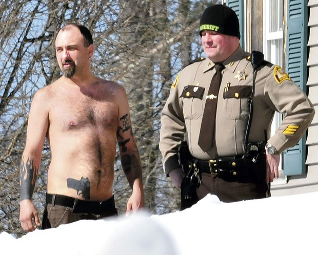 Michael Smith aparece ao lado de xerife após trabalhadores confundirem sua tatuagem com uma arma de verdade (Foto: Morning Sentinel, David Leaming/AP)