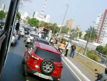 Acidente entre carro e moto deixou trânsito lento em Cuiabá. (Foto: Silvia Adriana Soares/Arquivo pessoal)