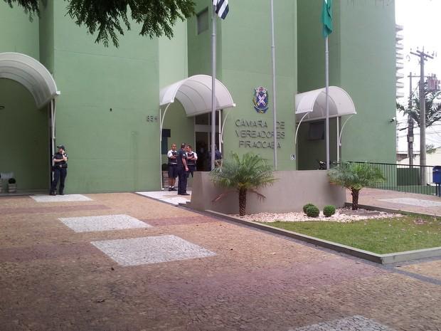 GMs acompanham movimentação desta quinta à tarde na Câmara de Piracicaba (Foto: Leon Botão/G1)