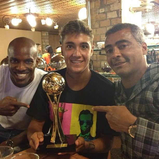 Romarinho posa com taça de campeonato brasiliense ao lado do pai, Romário, e Fábio Braz (Foto: Instagram)