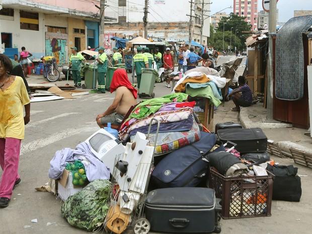 Malas e objetos ficam nas ruas durante ação na Cracolândia (Foto: José Patrício/Estadão Conteúdo)
