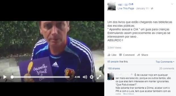 Vídeo gravado por Bolsonaro acusa MEC de distribuir o livro às escolas públicas. (Foto: Reprodução/Facebook)