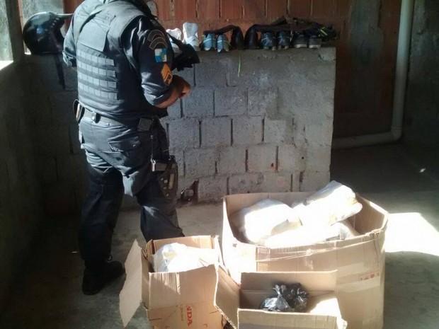 Carga de droga estava escondida na casa do suspeito (Foto: PM / Divulgação)