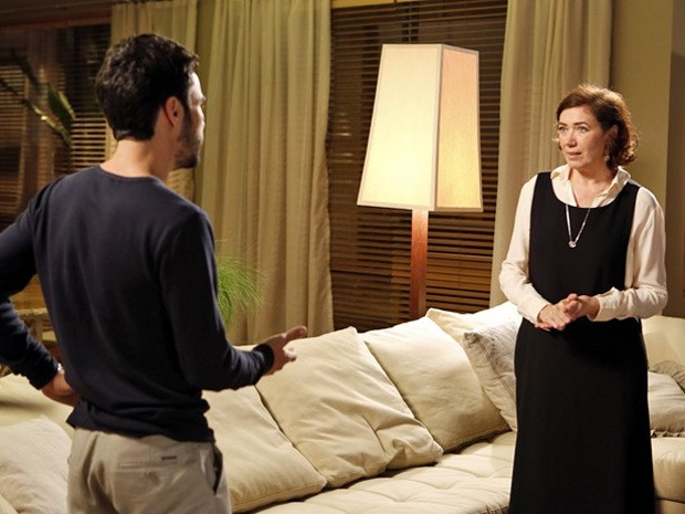 Maria Marta pede que Pedro tenha mais respeito com Cristina (Foto: Artur Meninea/TV Globo)