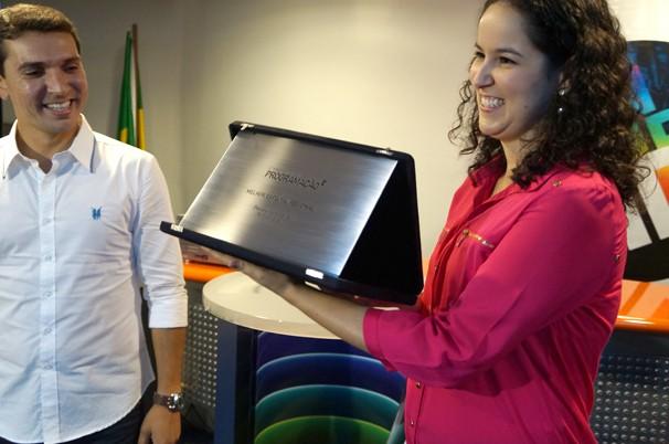 A editora-executiva do Desafio Vanguarda, Claudia Martins recebe a placa comemorativa junto com o repórter Bruno Pellegrine (Foto: Paula Franco/ Vanguarda)