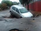 Carro cai em buraco aberto no meio da rua em Rio Preto