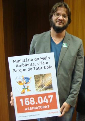 Entrega de abaixo-assinado com mais de 180 mil apoios ao Ministério do Meio Ambiente (Foto: Divulgação/Change.org/Facebook)