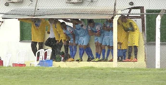 Jogadores do Piauí se protegem da chuva  (Foto: Reprodução/TV Clube)