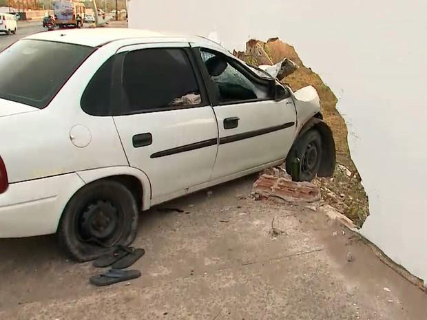 Veículo bateu no muro da sede da Associação de Professores da Universidade Federal do Maranhão (Apruma) em São Luís (Foto: Reprodução/TV Mirante)