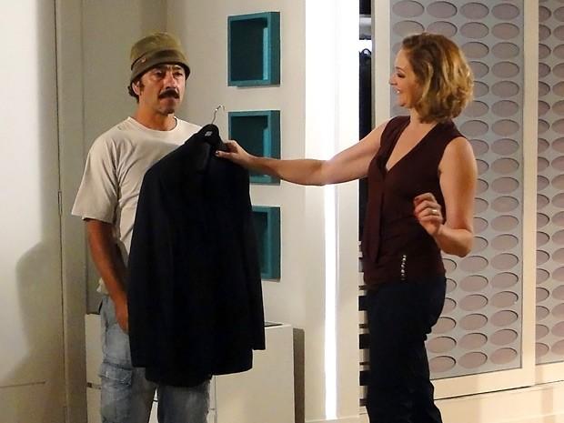 Sem ver umas verdinhas faz tempo, Sônia paga Sandro com um terno italiano (Foto: Cheias de Charme / TV Globo)