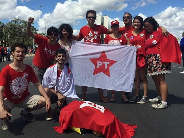 Grupo de estudantes da Universidade de São Paulo (USP) ligado ao PT, que deixou o estado às 14h30 de sábado, de ônibus, e chegou ao DF às 5h (Foto: Gabriel Luiz/G1)