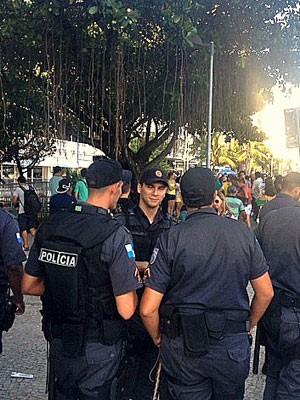 PMs fazem a segurança em frente ao Copacabana Palace Hotel (Foto: Alba Valéria Mendonça/G1)