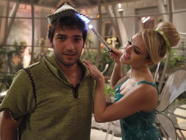 Carrão e Isabelle se divertem nos intervalos das gravações (Foto: Raphael Dias/TV Globo)