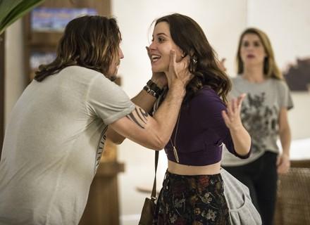 Júlia viaja para encontrar Gui, mas encontra o namorado com Diana