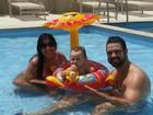Priscila Pires posa na piscina com família: 'Sábado de sol'