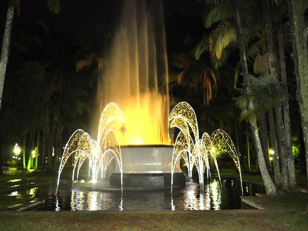 Fonte do Parque José Affonso Junqueira recebeu iluminação. (Foto: Lúcia Ribeiro/G1)