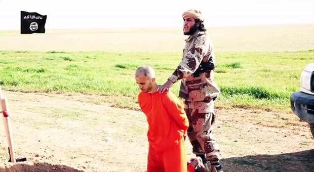 Em vídeo, refém aparece ajoelhado na frente de um combatente do grupo Estado Islâmico (Foto: Reprodução/ Twitter/ الرقة تذبح بصمت)
