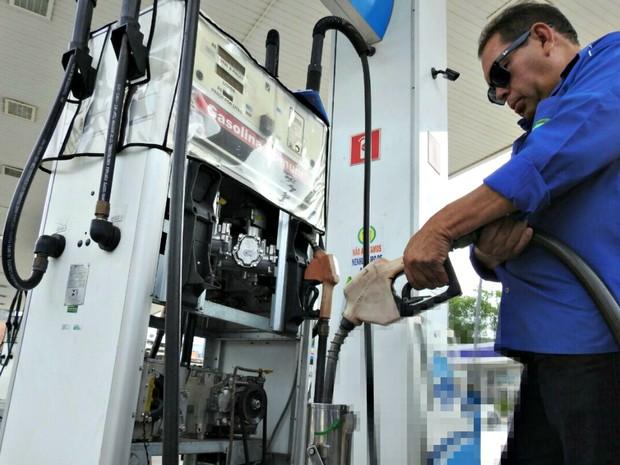 Postos de gasolina são fiscalizados após denúncias em Manaus (Foto: Isis Capistrano/G1 AM)