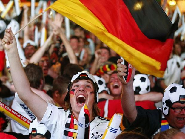 Nem o mais fanático torcedor alemão imaginava uma vitória sobre o Brasil por este placar (Foto: Thomas Peter/Reuters)