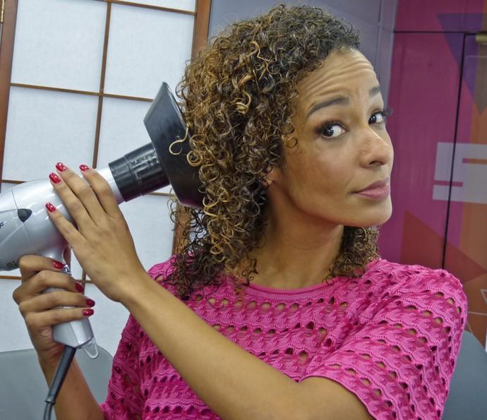 Alinne Prado seca os cabelos com secador sempre co difusor (Foto: Brunella Menezes / Gshow)