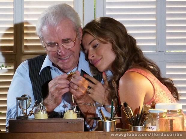Ester devolve relógio de seu avô a Samuel  (Foto: Flor do Caribe / TV Globo)