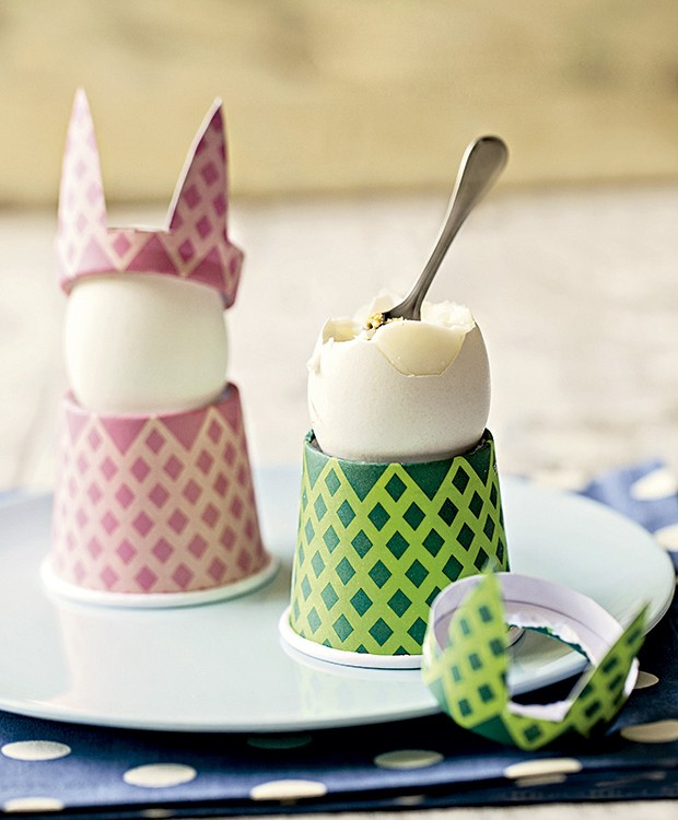 Porta-ovos feitos de copinhos de papel, de Estéfi Machado. Prato Utilplast, guardanapo Cecilia Dale  (Foto: Elisa Correa/Editora Globo)