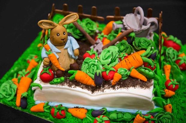 Bolo foi inspirado na história de Peter Rabbit (Foto: Neil Hall/Reuters)