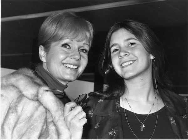As atrizes Debbie Reynolds e Carrie Fisher, mãe e filha em foto de 1972 (Foto: Getty Images)