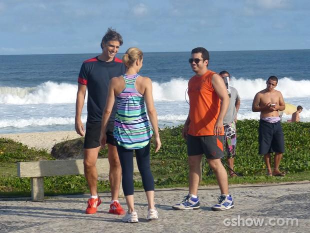 Thiago, Bianca e Reynaldo conversam no calçadão (Foto: Em Família / TV Globo)