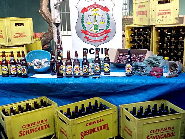 Cervejas apreendidas com dupla no Riacho Fundo, no DF (Foto: Isabella Formiga/G1)