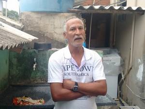 Gerson Gomes teve dengue hemorrágica há quase dois anos e diz que não abre mão dos cuidados na sua casa. (Foto: Diego Souza/G1)