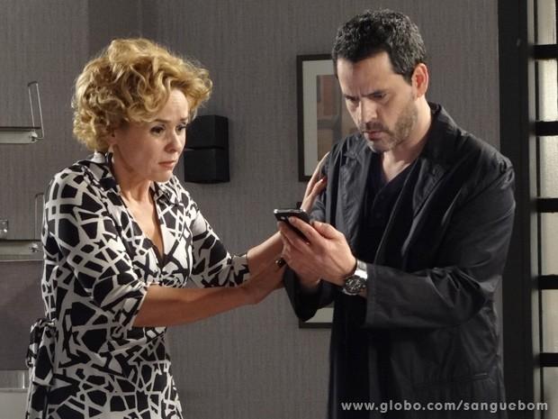 Bárbara e Natan se apavoram com e-mail (Foto: Sangue Bom/TV Globo)