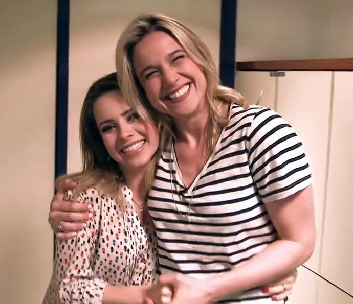 Sandy e Fernanda Gentil se abraçam nos bastidores do 'Tamanho Família' (Foto: Gshow)