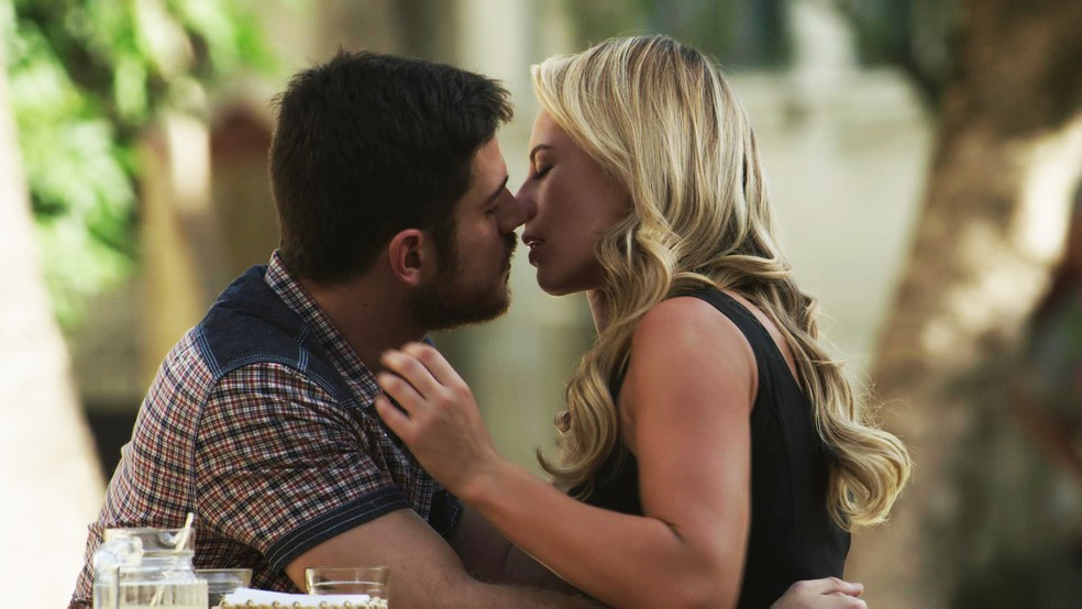 Jeiza (Paolla Oliveira) e Zeca (Marco Pigossi) deixam o orgulho de lado e decidem reatar o romance, mas nada de casamento à vista.  (Foto: TV Globo)