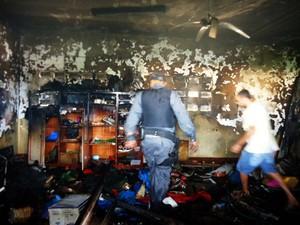 Professor matava maribondos com fogo quando vidro de álcool explodiu (Foto: Jota Dantas)