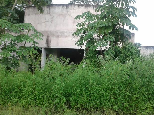 obra, abandonada, delegacia, mato, segurança pública, Macapá, Amapá (Foto: Julio Cezar Nascimento/ Arquivo Pessoal)