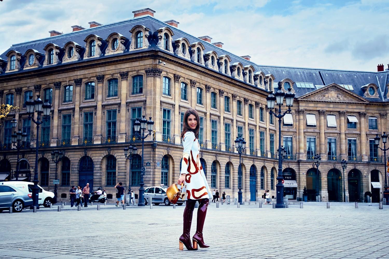 Na Place Vendôme, a mineira usa vestido, bolsa e botas, tudo Dior (Foto: Fotos Alexia Silvagni e styling Peju Famojure)