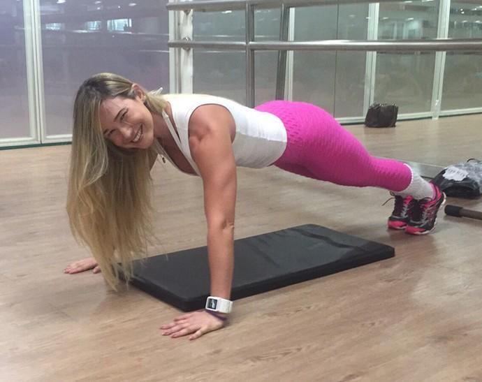 Ana de Biase faz exercícios para manter a forma (Foto: Arquivo Pessoal)